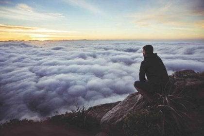Hombre en la montaña pensando en poner distancia