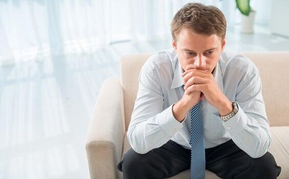 hombre pensando en que la psicoterapia fracasa