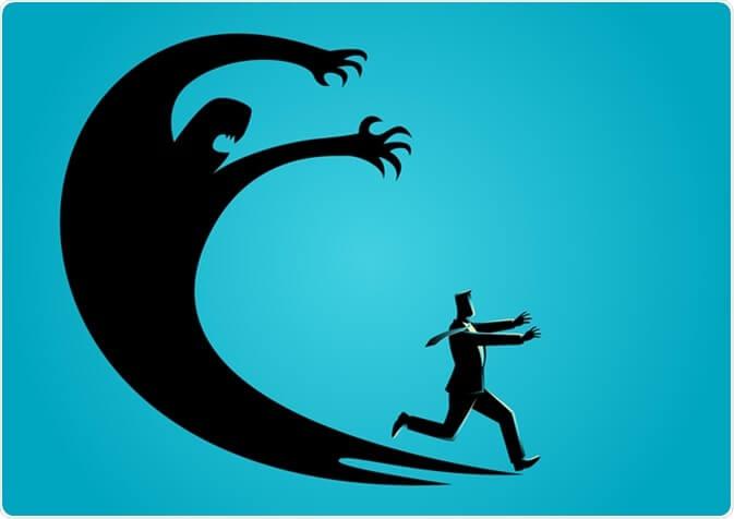 hombre escapando de sus miedos representando los mitos sobre la ansiedad