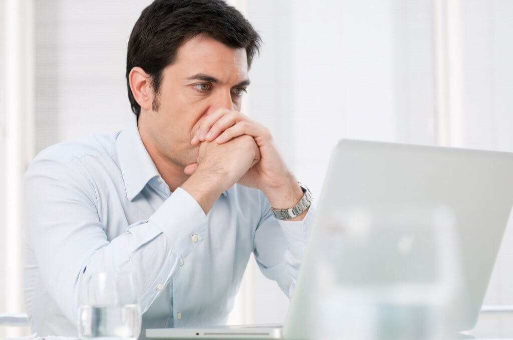 Hombre con cibercondria preocupado al sufrir un despido laboral