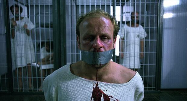Hombre sangrando en prisión