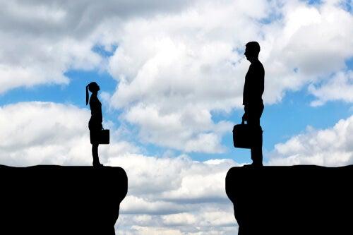 Hombre subido en un escalón más alto que la mujer para representar la relación entre el liderazgo y la discriminación femenina