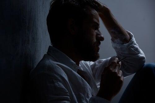 Hombre triste con depresión debido a una alteración de la red neuronal por defecto
