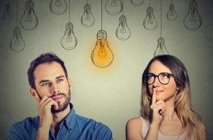 Hombre y mujer pensando en las diferencias en inteligencia