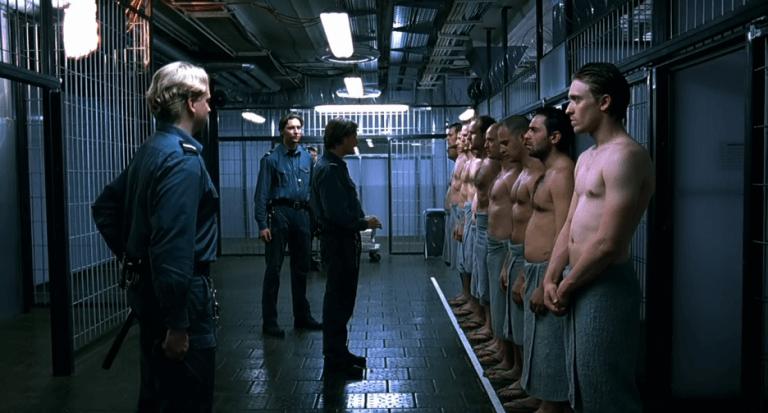 Hombres en prisión con carceleros