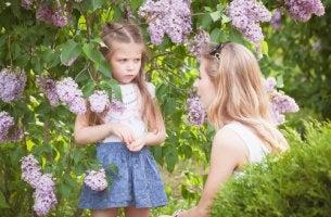 Madre hablando con su hija sobre el castigo