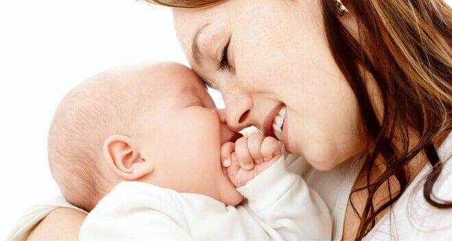 madre y su bebé representando la teoría de Winnicott