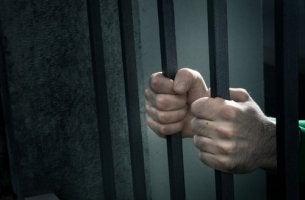 Manos de un hombre que está en prisión por una serie de condenas erróneas