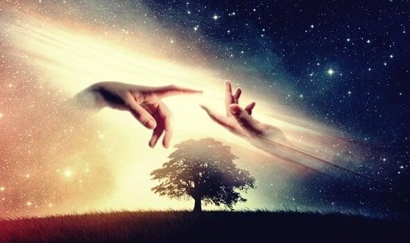 manos que conectan representando las frases para recuperar la energía positiva