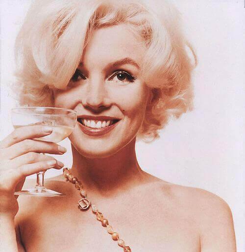 Marilyn Monroe con una copa
