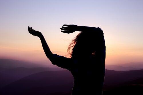 Mujer bailando al anochecer