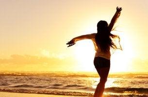 Mujer bailando frente al mar
