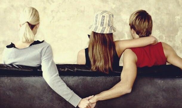 mujer que sufre Síndrome de Fortunata cogida de mano de hombre con pareja