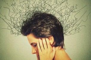 mujer intentando gestionar los pensamientos obsesivos