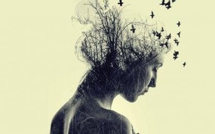 Mujer con ramas en la cabeza representando las frases de Séneca