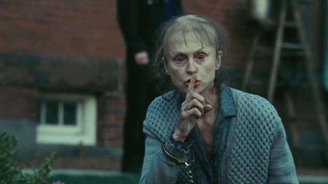 Mujer con un dedo en la boca
