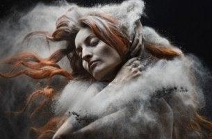 mujer envuelta en tierra simbolizando a quienes no se dejan ayudar