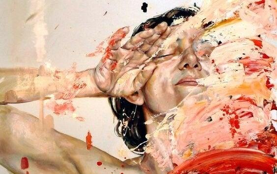 mujer rodeada de pintura con miedo a perder el control