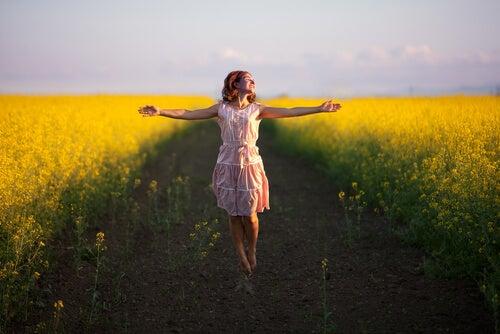Mujer feliz demostrando que la vida es cuestión de actitud