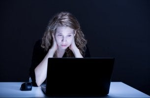 Mujer frente a ordenador preocupada