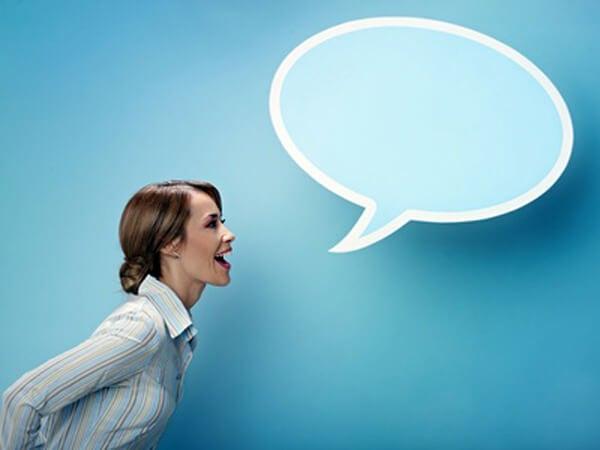 Mujer representando los beneficios de pensar en voz alta