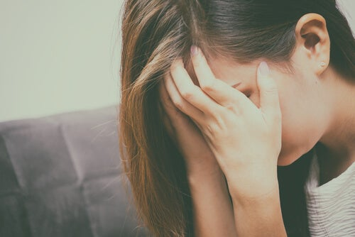 Mujer agobiada