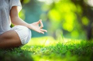 Mujer meditando en el cesped