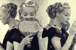 mujer mirándose al espejo representando el causas del narcisismo exagerado