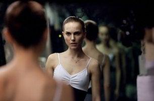 Mujer con trastorno de despersonalización mirándose al espejo