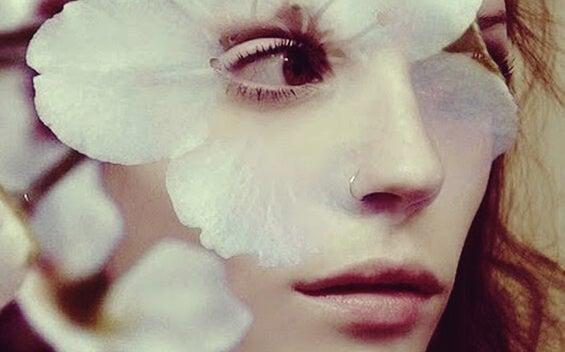mujer con flor en el rostro representando ser demasiado sensible