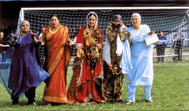 Mujeres de diferentes culturas en un campo de fútbol