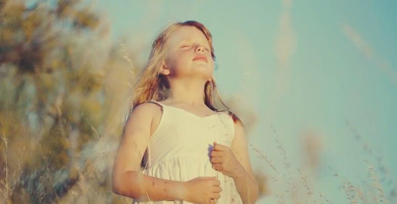 niña que realiza ejercicios de respiración para niños