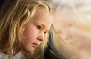niña triste como efecto de una madre deprimida