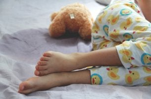 Niño con enuresis dormido