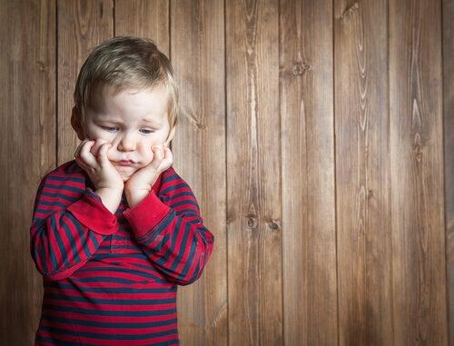 Niño con frustración