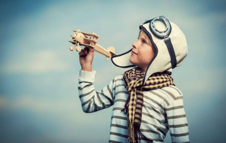 Niño jugando con un avión