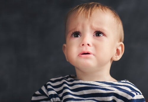 Niño pequeño triste