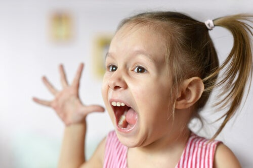 Nila con trastorno bipolar gritando