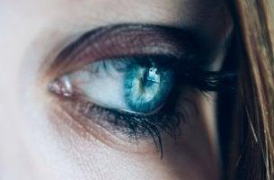 ojo azul triste por ser demasiado sensible