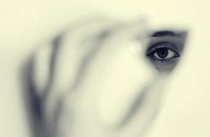 ojo femenino representando el impacto de ser ser invisibles