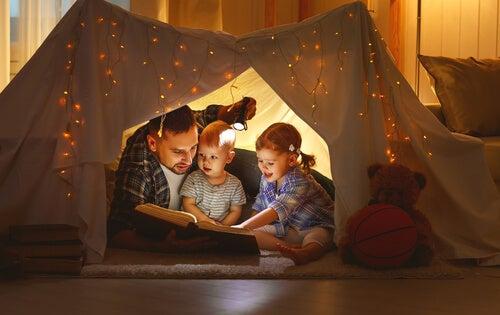 Padre leyendo con sus hijos