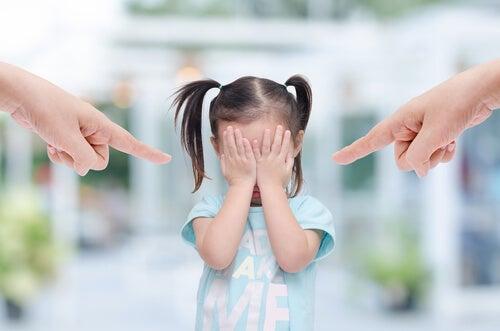 Padres echando culpas a su hija