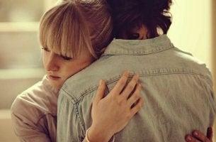 Pareja abrazada