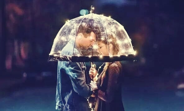 pareja bajo un paraguas pensando en la importancia de un te creo