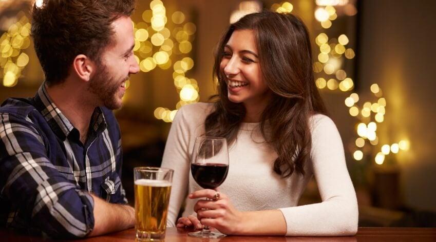 chico y chica en una cita representando las relaciones de pareja postmodernas