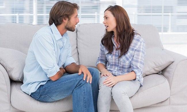 Pareja hablando de sus problemas sexuales