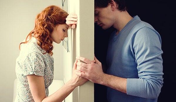 pareja separada por una puerta representando las frases de Mariela Michelena