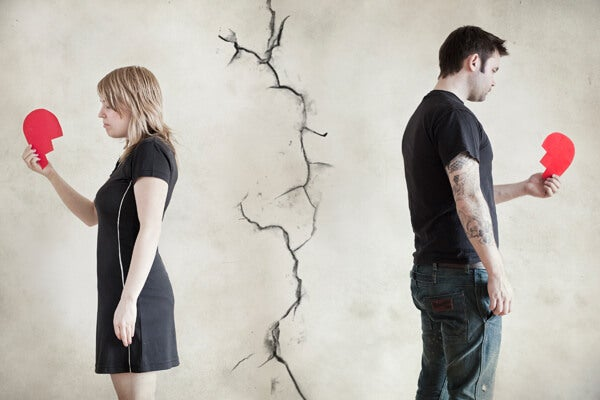 pareja de espaldas tras finalizar una relación