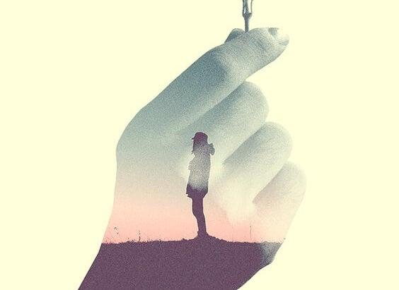 persona dentro de una mano representando la sencillez