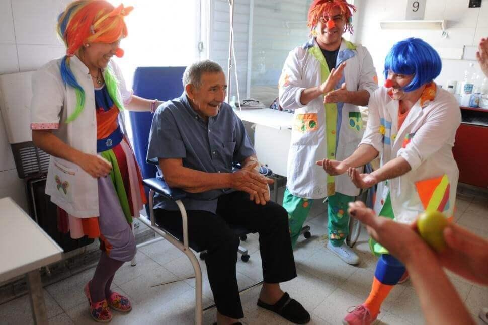 Persona mayor en una sesión de risoterapia
